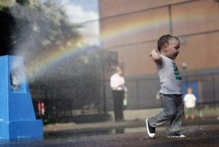 ребёнок, лето, жара, вода, брызги, радость, радуга, красота