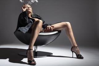 дівчина, блондинка, сигара, позує, ніжки, сірий фон