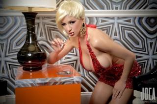 світильник, цицьки, блондинка, гроші, червона сукня, Джордан Карвер
