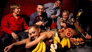 вечірка, мальчишник, дівчина, хлопці, алкоголь, фрукти