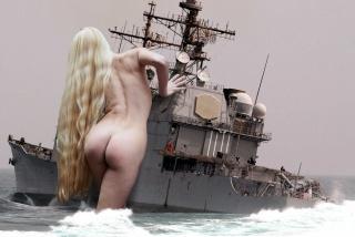 дівчина, гігант, блондинка, військовий корабель, оголена, довговолоса, море, фентезі, фотошоп, моряки, люди