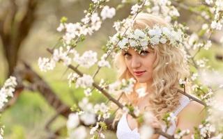 девушка, блондинка, весна, цветы, взгляд, природа