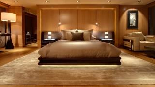кімната, ліжко, подушки, освітлення, крісло, килим, тумби, красиво