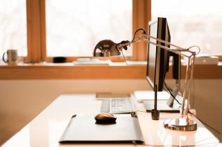 клавиатура, стол, монитор, лампа, компьютерная мышь