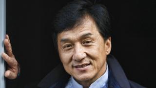 Джеки Чан, гонконгский и американский актёр, каскадёр, кинорежиссёр, продюсер, сценарист, постановщик трюков и боевых сцен, певец, филантроп, посол доброй воли ООН