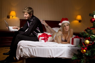 постель, девушка, парень, Бокал, шампанское, подарки, елка, Ёлочные игрушки, ноутбук