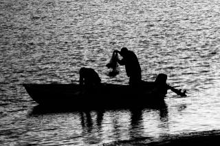černobílá fotografie, loď, lidé, rybaření, sítě, моторка, u břehu