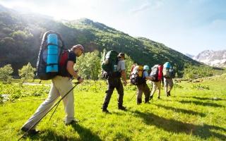 hory, tráva, lidé, turistický výlet, turistické снарежение