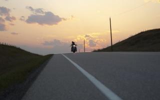 motorkáři, cesta, plná čára