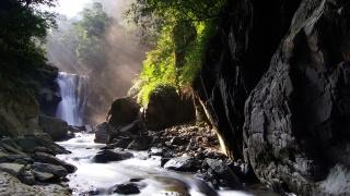 дымка, солнечный свет, водопад в дали, камни