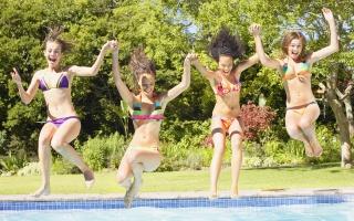 funny girls, bazén, veselá dovolená, drželi se za ruce