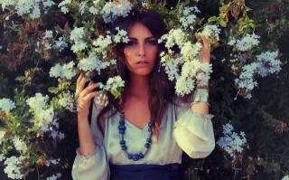 holka, pohled, obličej, modré oči, korálky, ruce, květiny, větvičky