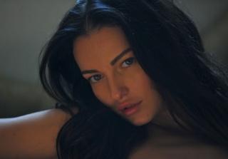портрет, взгляд, позирует, модель, губы, глаза, майка, грудь, ресницы, брови, грудь