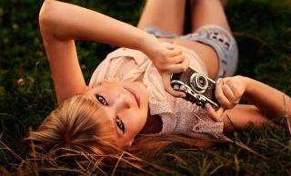 девушка, блондинка, модель, фото, трава, шорты, майка, фотоаппарат