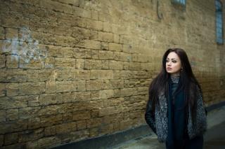 портрет, девушка, родинка, настроение, взгляд, волосы, куртка, стена
