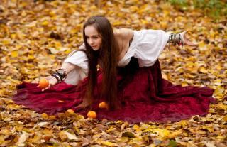 мандарини, сидячи, листя, девушка  в платье, осінь