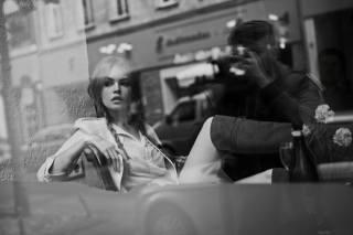 Anastasia Scheglova, Максим Гусельников, монохромний, довге волосся, BRAIDS, блондинка, жінки, Модель, Legs, сидить, відображення, АНАСТАСИЯ, SCHEGLOVA, монохромний, довге волосся, коси, блондинка, модель, ноги, сидить, відображення