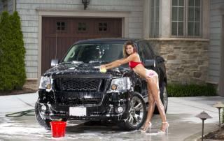 Авто, дівчина, мийка