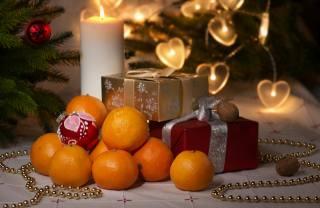 праздник, Новый год, Рождество, фрукты, мандарины, коробки, подарки, лампочки, Свеча, орехи, елка, Игрушки, украшения, бусы