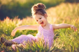 Edie Layland, ребёнок, девочка, малышка, платье, сандалии, природа, лето, поле, трава, радость