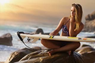 Joan LJ, holka, plavky, pohled, prkno, surf, kameny, moře, oceán