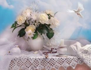 Валентина Колова, натюрморт, салфетка, ткань, кружево, кувшин, цветы, розы, гипсофила, фигурка, птичка, голубь, четки, небо, Свеча