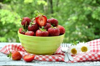 Пиала, ягоды, клубника, приборы, лето
