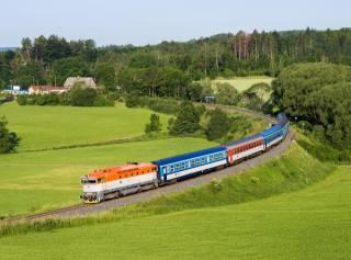 Чехія, пагорби, луки, дерева, поїзд