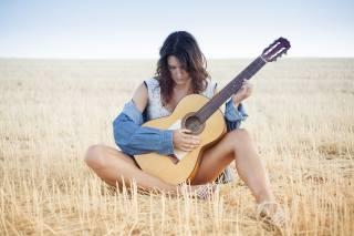 holka, kytara, pole, hudba