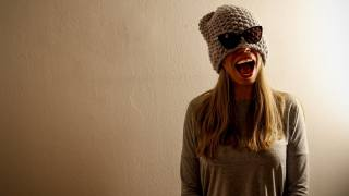 очки, шапка, посмішка, модель, позує, рот