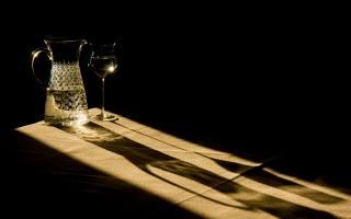 Sklenice na víno, džbán, stín, minimalismus