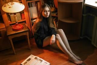 девушка, на полу, длинные волосы, книга