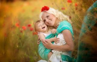 Jana Eviakova, женщина, блондинка, мама, ребёнок, малыш, слинг, счастье, Любовь, цветы, маки, природа, поле, травы