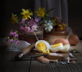 доски, цветы, ветки, сакура, вишня, нарциссы, ЯЙЦА, нож, мешковина, салфетка, скорлупа, соль, пасха