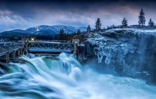 природа, зима, деревья, Леса, горы, река, дамба, лед, сосульки, вечер