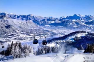 Австрия, тироль, природа, пейзаж, горы, холмы, склоны, зима, снег, Леса, облака, канатная дорога, кабинка, вагончик, лыжники, трасса