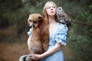 молодая девушка, с лисой и совой