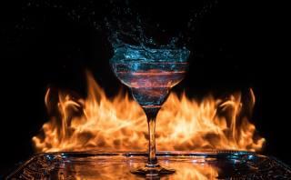 темный фон, коктейль, огонь