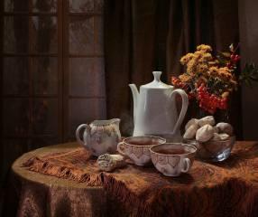 Ковалёва Светлана, стол, скатерть, чашки, чай, вазочка, молочник, чай, ваза, ветки, Рябина, ягоды, цветы, окно, штора, осень