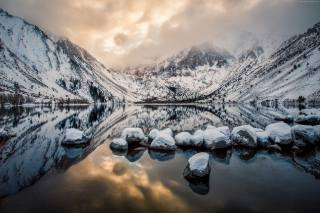 Озеро Конвикт, гора Моррисон, штат Калифорния, горы, озеро, река, закат, лед, снег