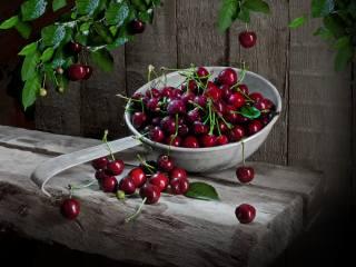 Сергей Фунтовой, доски, дуршлаг, ягоды, черешня, ветки, листья