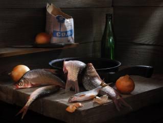 Сергей Фунтовой, доски, рыбы, караси, сковорода, нож, лук, бутылка, пачка, соль