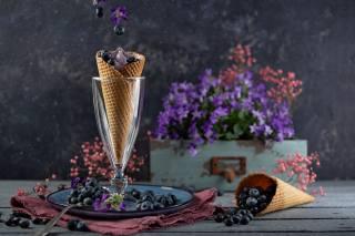доски, салфетка, тарелка, Бокал, рожок, мороженое, вафли, ягоды, черника, ящик, цветы