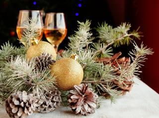 праздник, Новый год, Рождество, ветки, сосна, Игрушки, Шары, шишки, бокалы, вино