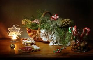 праздник, Новый год, стол, корзина, ветки, ель, елка, шишки, ягоды, банка, орехи, конфеты, выпечка, печенье, Свеча, звезда