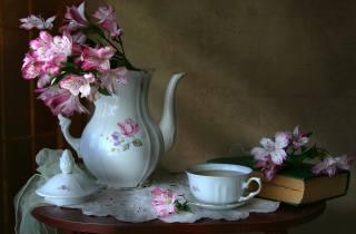 stolek, ubrousek, tkanina, kávovar, кофейник, šálek, květiny, альстремерия, kniha