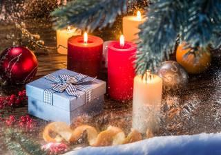 праздники, Новый год, Рождество, ветки, хвоя, ель, елка, Игрушки, Шары, свечи, коробка, подарок, апельсин, кожура, ягоды, снег