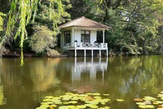 chata, řeka, dovolená