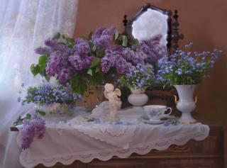 Валентина Колова, комод, дзеркало, серветки, вази, гілки, бузок, квіти, незабудки, чашка, фігурка, ангел