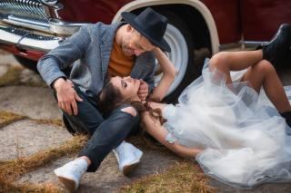 Бармина Анастасия, Анастасия Бармина, девушка, шатенка, локоны, платье, ботинки, парень, шляпа, пиджак, джинсы, кроссовки, влюблённые, ПАРА, свадьба, машина, колеса